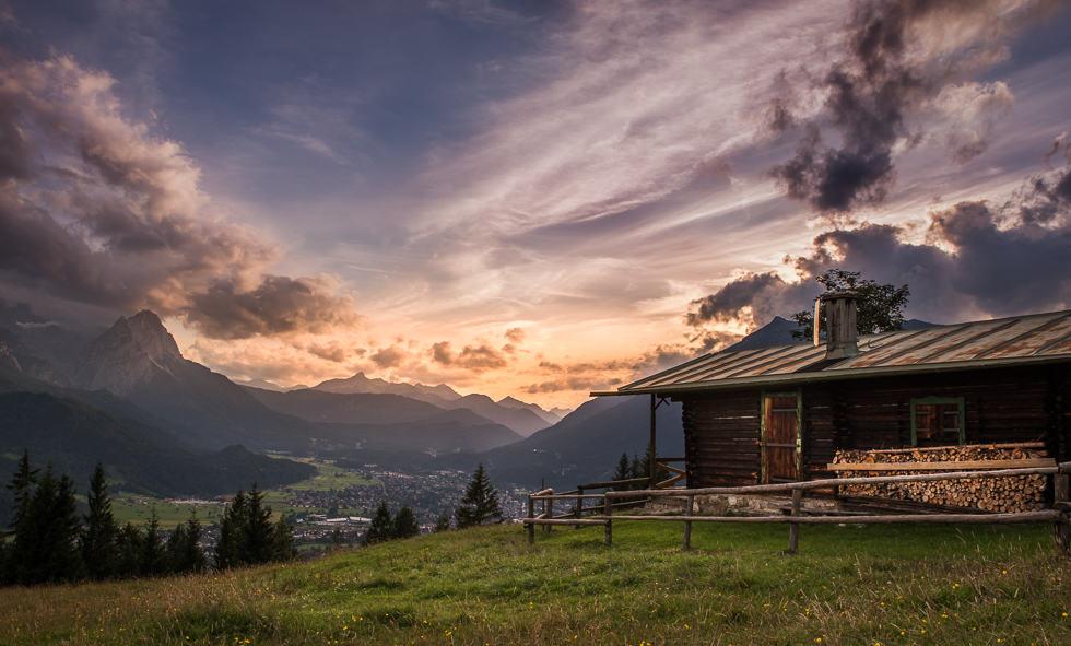 Die Klassische Ansicht der Eckenhütte mit Blick auf Wetterstein und Garmisch-Partenkirchen